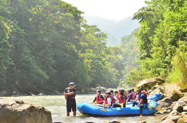 costa-rica-science-program-student-rafting-pacuare-river